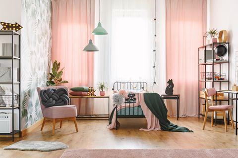 Jugendzimmer einrichten: Zimmer mit rosafarbenen Vorhängen