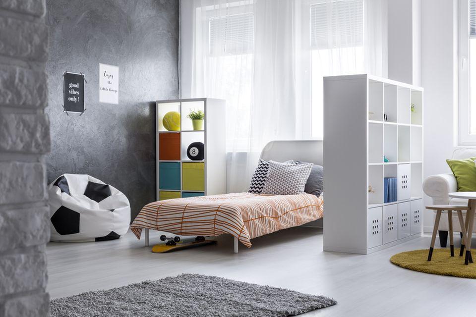 Jugendzimmer einrichten: Zimmer mit Bett und offenen Regalen