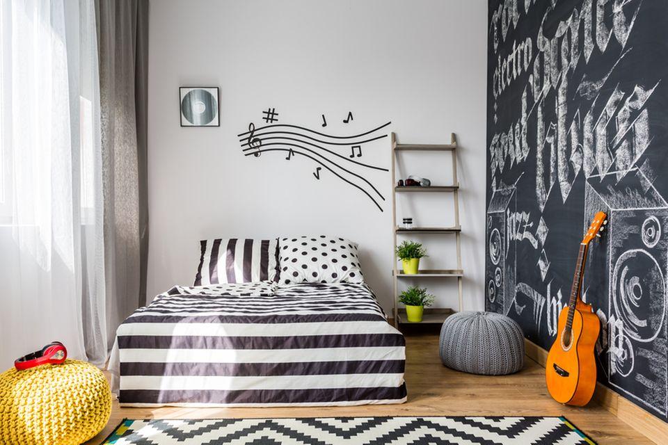 Jugendzimmer einrichten: Zimmer mit Bett und Gitarre daneben