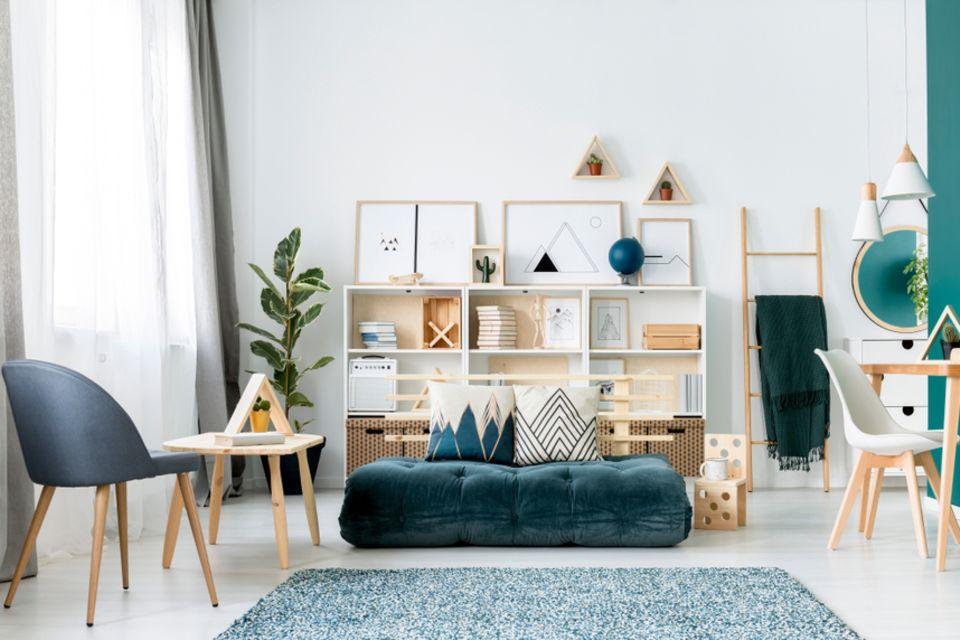 Jugendzimmer einrichten: Zimmer mit Couch und Sessel