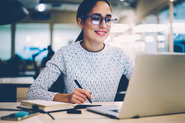 Bewerbung zurückziehen: Frau arbeitet am Computer