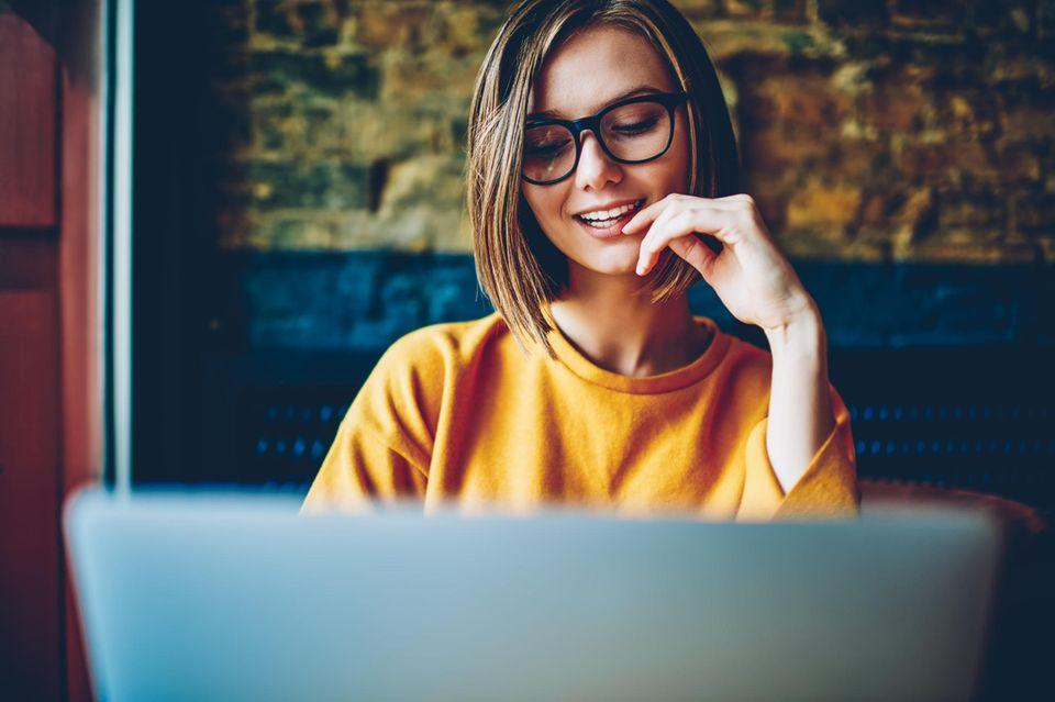 Formlose Bewerbung: Frau vor dem Laptop