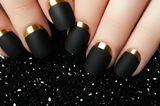 Fingernägel-Design: Schwarzlackierte Nägel mit Goldakzent
