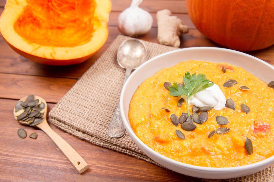Kürbissuppe mit Ingwer auf einem Teller