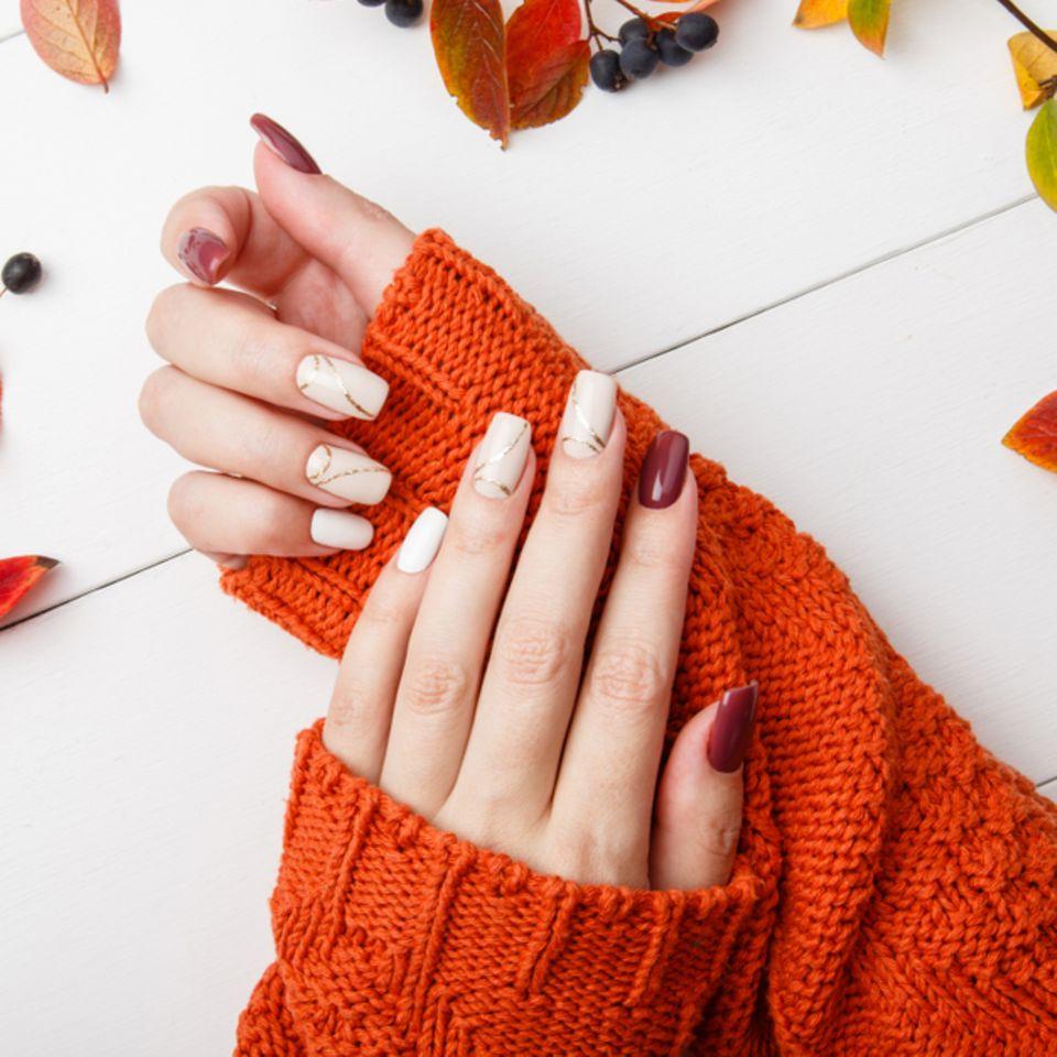 Fingernägel-Design: Frau mit lackierten Nägeln