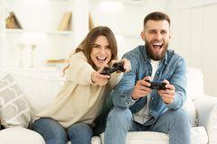 PS4 am Black Friday: Mann und Frau spielen Konsole