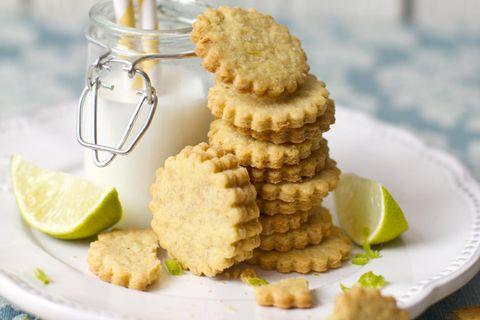 Gin-Tonic-Kekse: Kekse und Limetten auf Teller