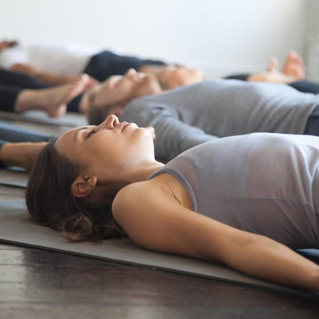 Progressive Muskelentspannung: Frauen entspannen im Liegen