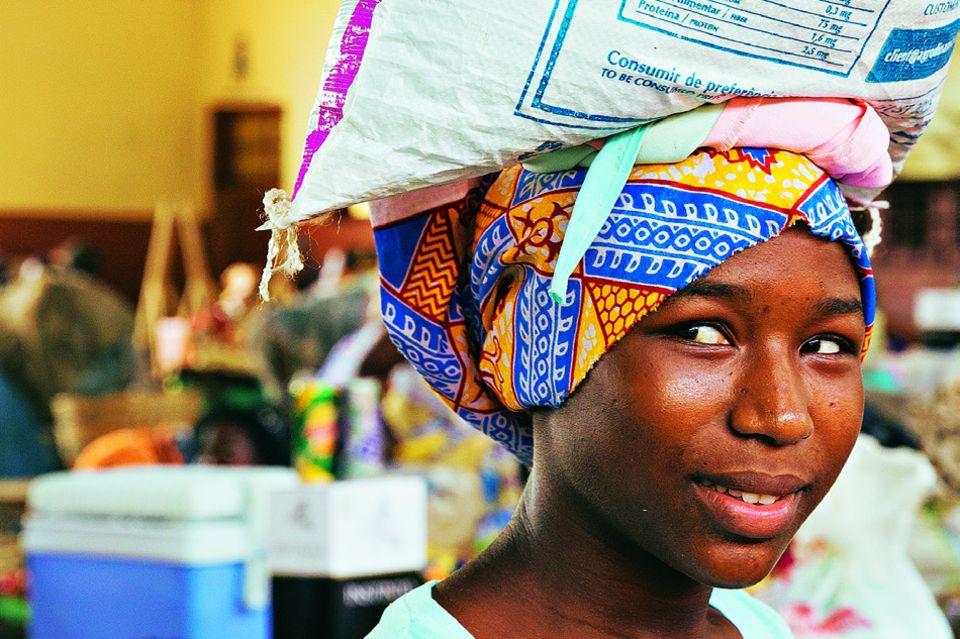 São Tomé und Príncipe: Reisetipps für die Inseln: Frau trägt Reissack