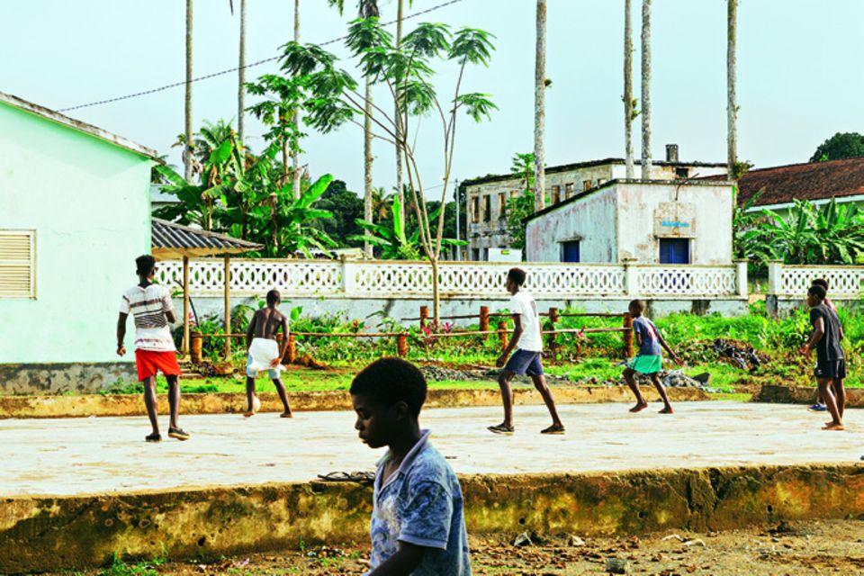 São Tomé und Príncipe: Reisetipps für die Inseln: Junge spielt Fußball