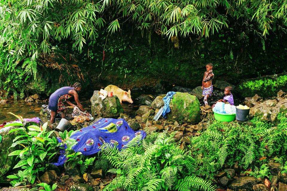 São Tomé und Príncipe: Reisetipps für die Inseln: Frauen und Kinder am Fluss