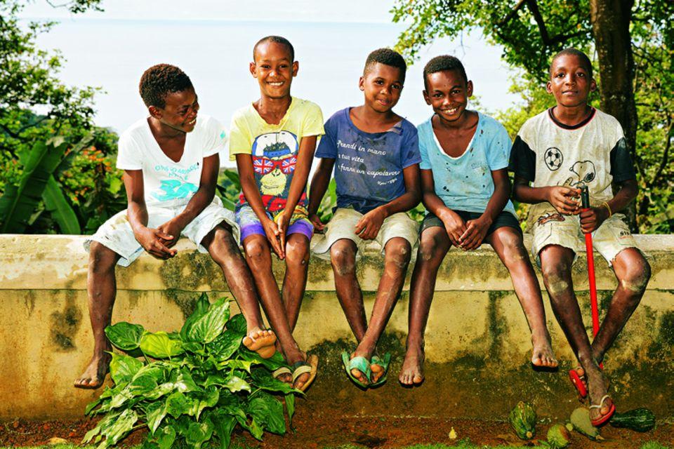 São Tomé und Príncipe: Reisetipps für die Inseln: Kinder lachen in die Kamera
