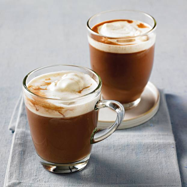 Heißer Mandel-Kakao mit Sahne