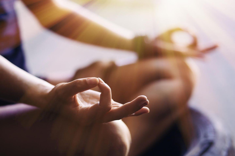 Entspannungstechniken: Frau meditiert