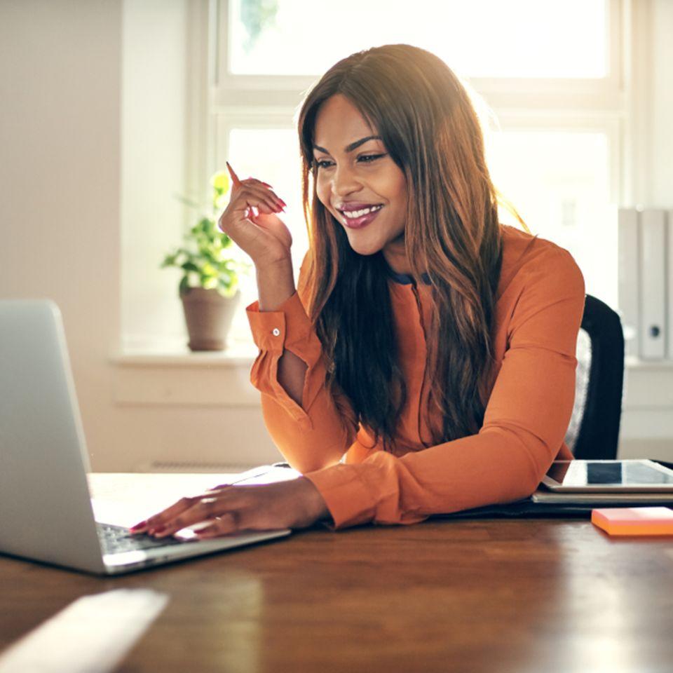 Horoskop trifft Job-Entscheidung: Frau sitzt vor Laptop