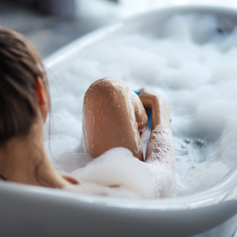 Öko-Test bestätigt: Erkältungsbäder können krank machen: Frau liegt in Badewanne