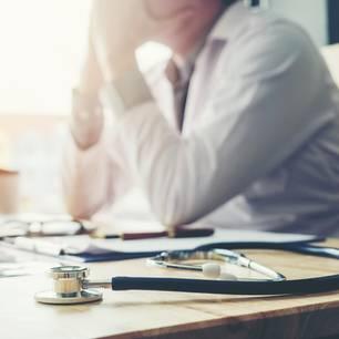 Ärztemangel: Arzt frustriert