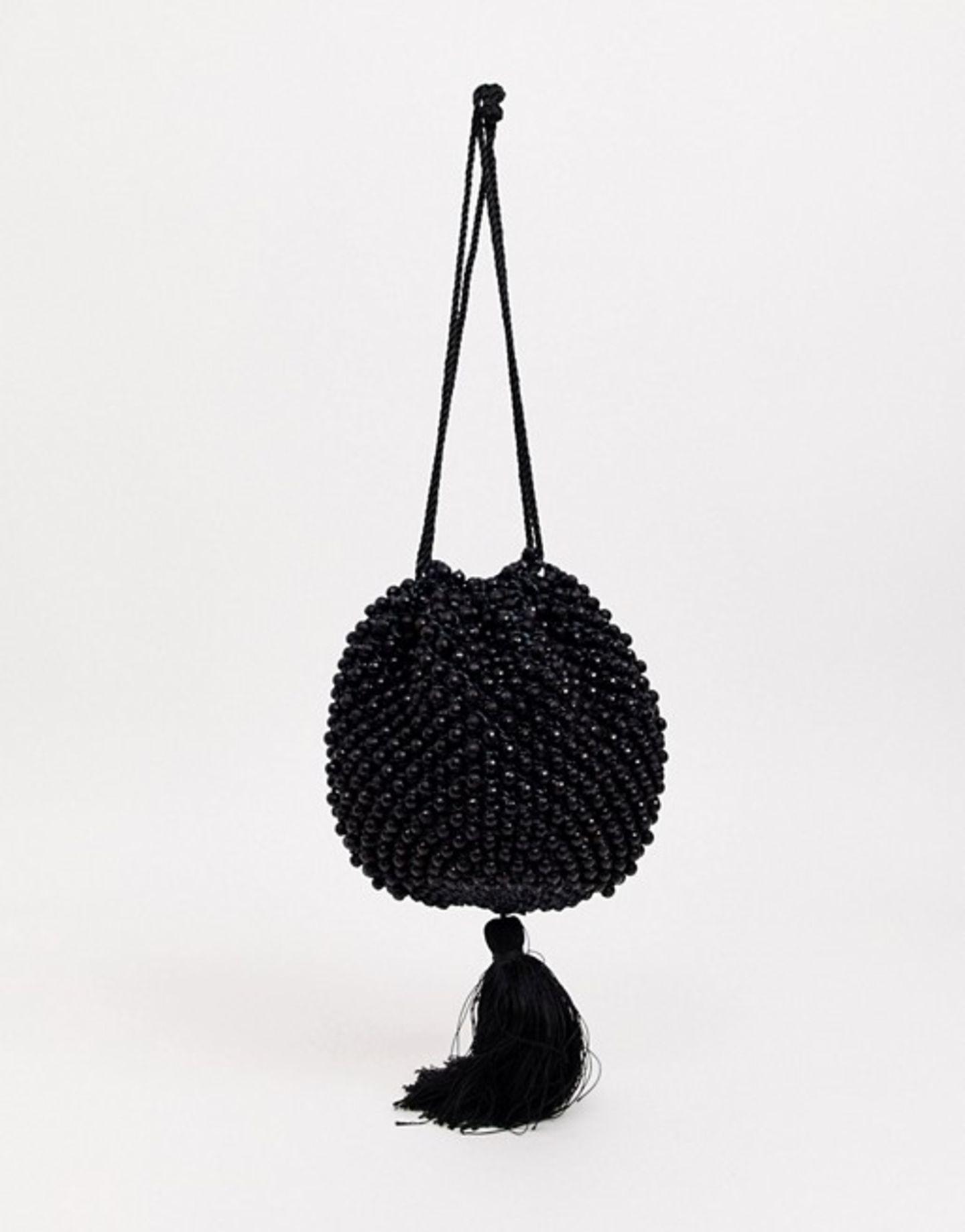 ... ist dieser Traum einer Abendhandtasche. Unzählige Perlen und eine süße Quaste tun ihr Übriges, um dieses Schmuckstück im Nu zum Key-Piece eures Looks werden zu lassen. Von Whistles über ASOS, um 125 Euro.