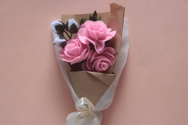 Blumen basteln: Rosafarbene Rosen aus Filz