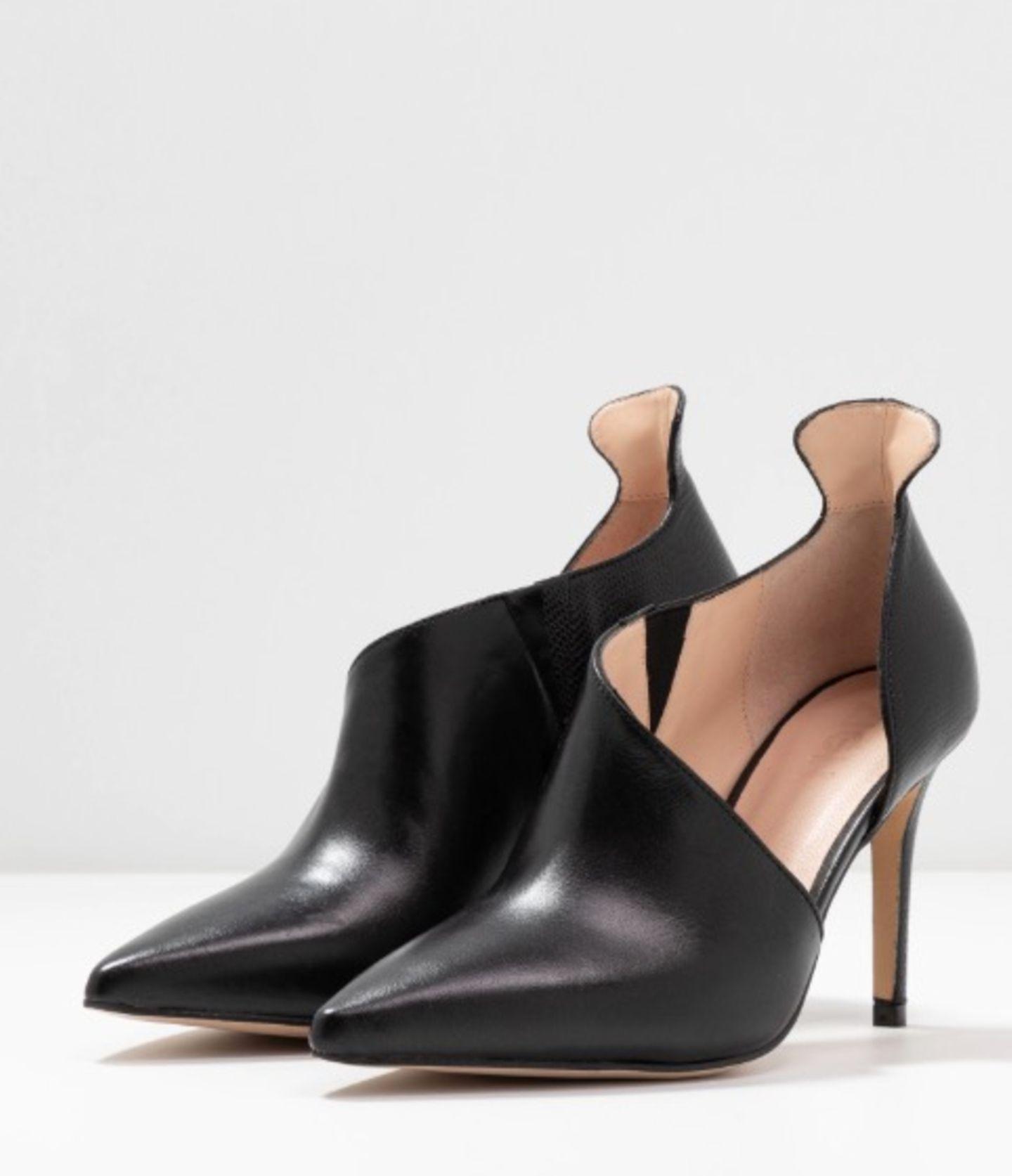 High Heels machen aus einem sportlichen Look im Nu einen eleganten Look, deswegen können wir auch nicht ohne, wenn es darum geht, unserem Style ein bisschen Glamour zu verpassen. Diese Schätzchen sind halb Pump,halb Stiefelette und deswegen genau richtig für alle Fashionistas. Von Zign über zalando, um 100 Euro.