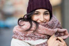 Bakterienfalle Schal: So oft solltet ihr in waschen: Frau mit Mütze und Schal