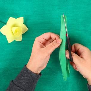 Blumen basteln: Blätter aus Papier ausschneiden