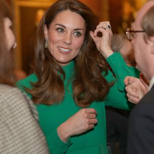 Beim Treffen der Staats- und Regierungschefs der NATO-Länder im Buckingham Palast zeigte sich Kate in einem strahlend grünen Kleid von Emilia Wickstead, das der Herzogin einfach fantastisch stand. Der Emerald-Ton schmeichelt dem Teint der Royal und lässt ihre Augen strahlen, während die aufwendig gearbeiteten Ohrringe den royalen Look perfekt machen.