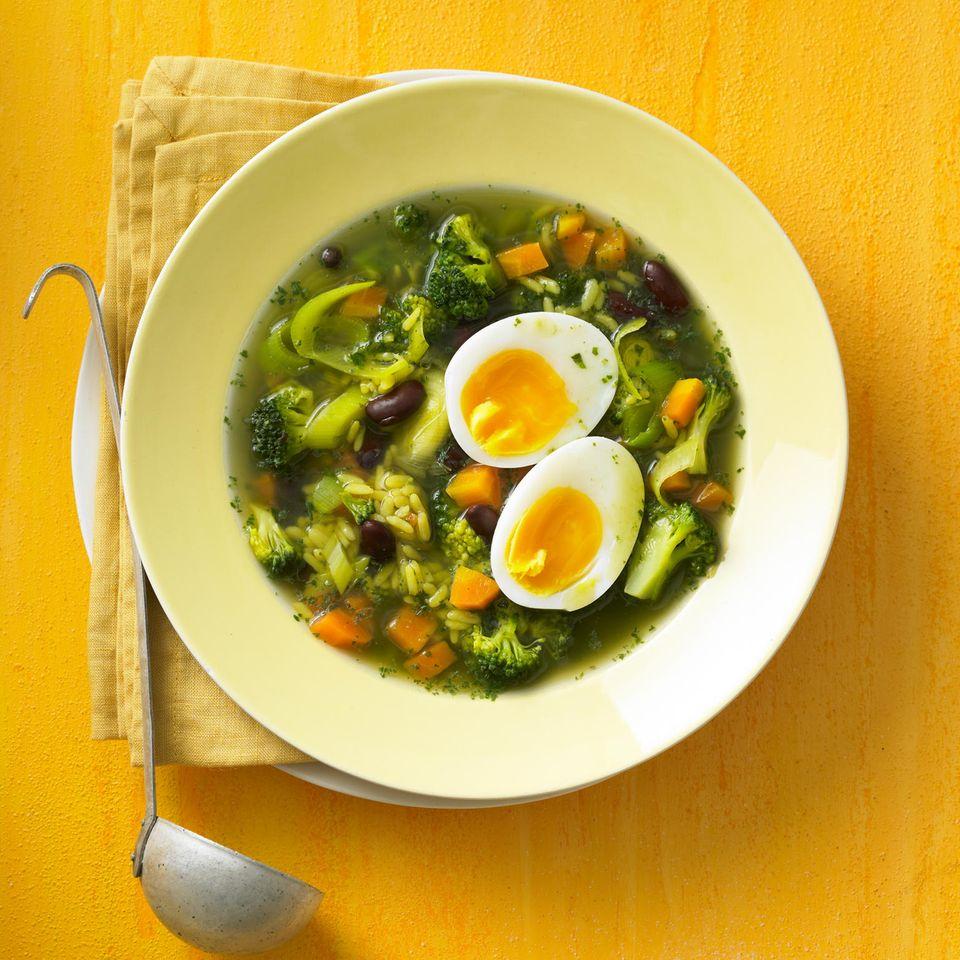 Reis-Gemüsesuppe mit Ei