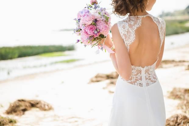 Hochzeitstrends 2020: Frau in weißem rückenfreien Brautkleid