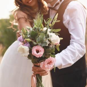 Hochzeitstrends 2020: Brautpaar hält Brautstrauß