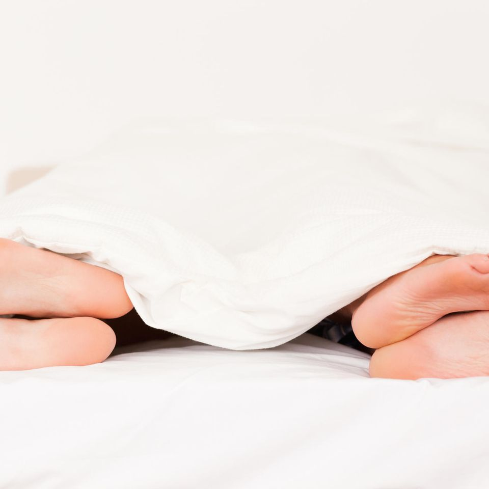 Paar im Bett liegen voneinander weg