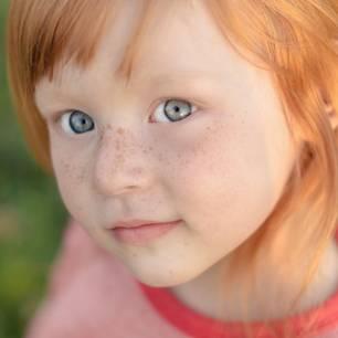 Rothaariges Kind mit Sommersprossen