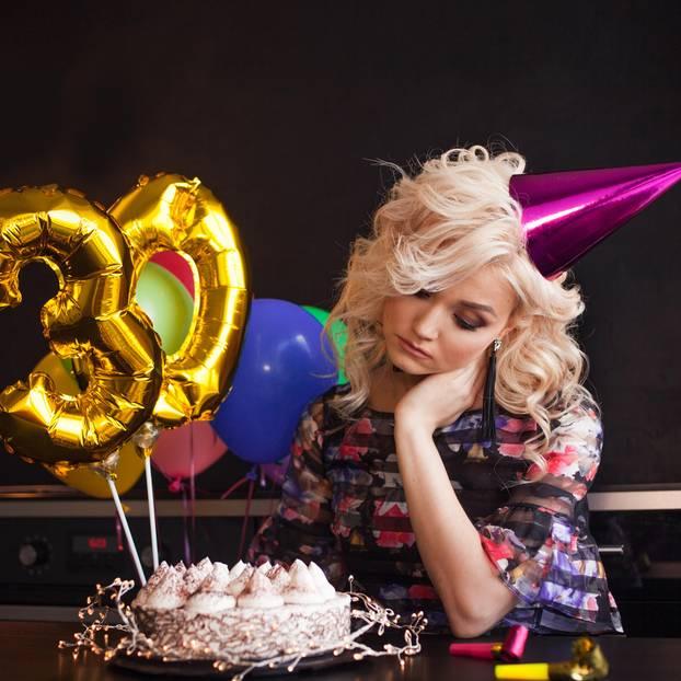 Frau feiert allein ihren Geburtstag