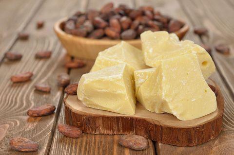 Ist Kakaobutter vegan: Kakaobutter auf Holzbrett