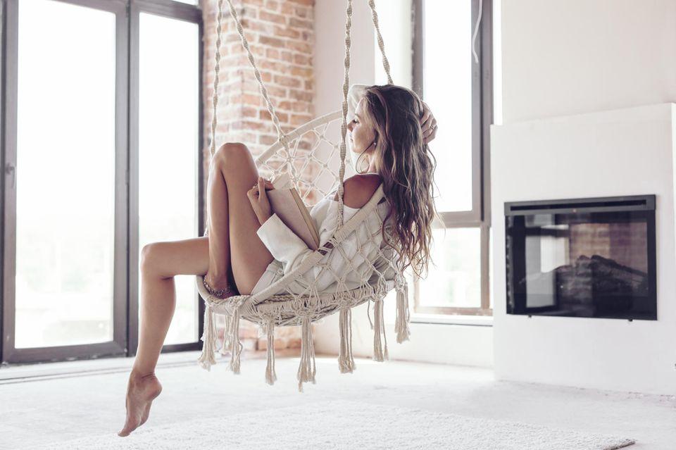 Gelassenheit lernen: Frau entspannt sich zuhause