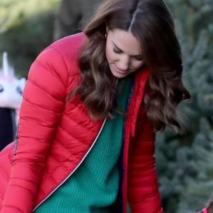 Dieser Termin hat der Herzogin sichtlich Spaß gemacht. Als royale Schirmherrin der Charity-Organisation Family Action nahm Kate auf der Peterley Manor Farm unter anderem an einem Workshop für Weihnachtselfen teil und hätte sich dafür nicht passender kleiden können. Zur schmalen Bluejeans kombinierte sie einen tannengrünen Wollpullover und eine rote Daunenjacke. Geht es noch weihnachtlicher? Ja! Denn ...