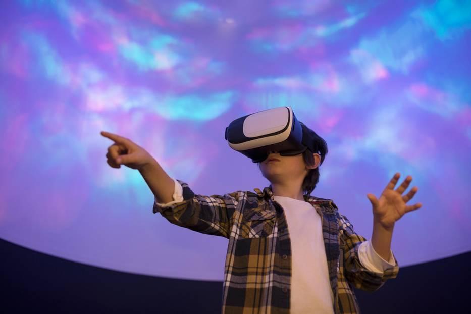 Die Kids von ihren neumodischen Spielkonsolen wegzukriegen, ist oft schwerer als man denkt.Nach einem Ausflug zu einem Virtual-Reality-Erlebnis sind aber auch selbst die neueste PlayStation oder das supertolle Game langweilig – eine Win-Win-Situation also.  Gutscheine ab ca. 35€ für 50 – 60 Minuten. Gesehen bei www.jochen-schweizer.de