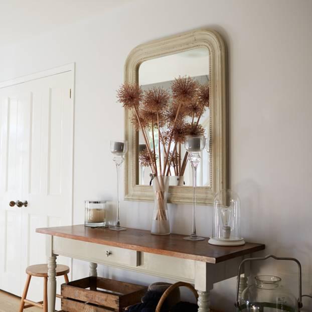Flur einrichten: Flur mit Konsolentisch und Spiegel