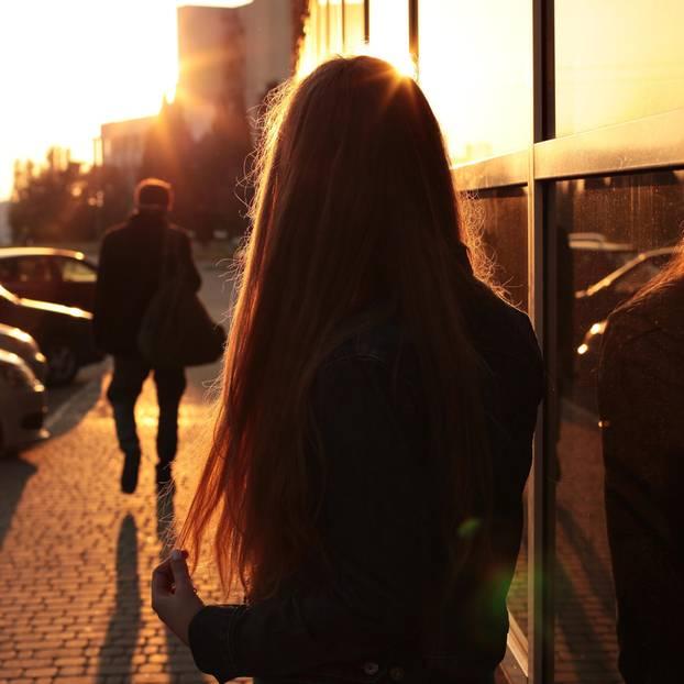 Trennungsrisiko: Frau schaut Mann hinterher