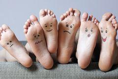 Trockene Füße: Füße mit aufgemalten Gesichtern