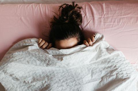 Schamgefühl im Trend: Die neue Verklemmtheit junger Frauen: Frau versteckt sich beschämt