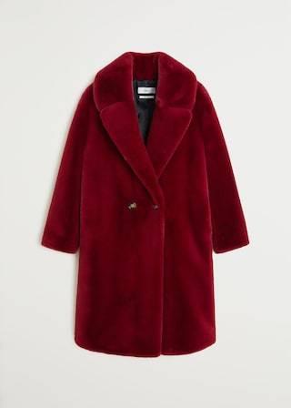 Diesen Winter soll es auch mal ohne Daunen gehen? dann ist dieser Kuschelmantel aus samtig weichem Fake Fur genau das richtige für dich. Von Mango, um 120 Euro