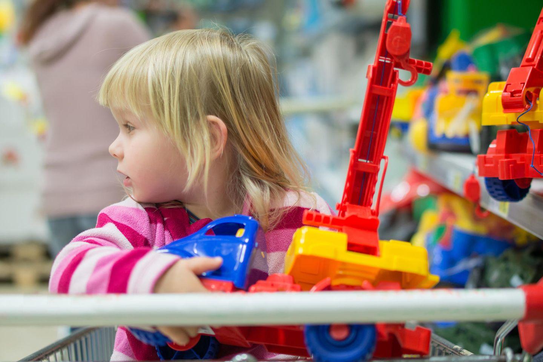 Quengelnde Kinder: Mädchen im Spielzeuggeschäft