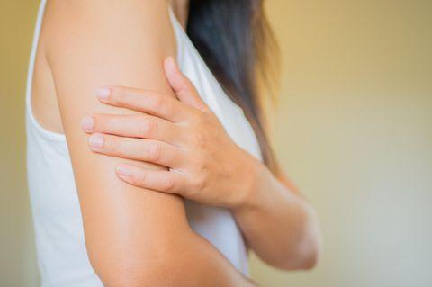Tennisarm: Frau hält sich den Arm
