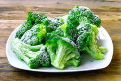 Brokkoli einfrieren: Gefrorener Brokkoli auf einem Teller