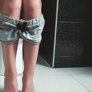 Zervixschleim: Frau auf Toilette