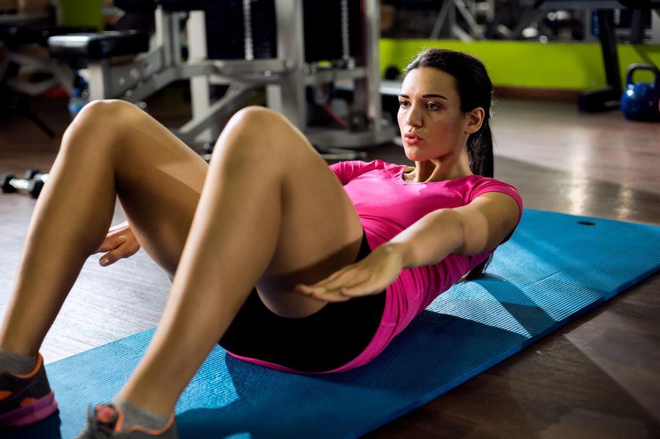 Frau macht Sport auf dem Boden