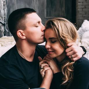 6 Liebes-Krisen: Paar umarmt sich liebevoll