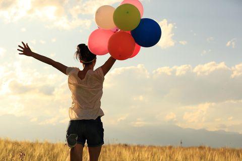Von anderen beeinflussen lassen: Frau mit Ballons