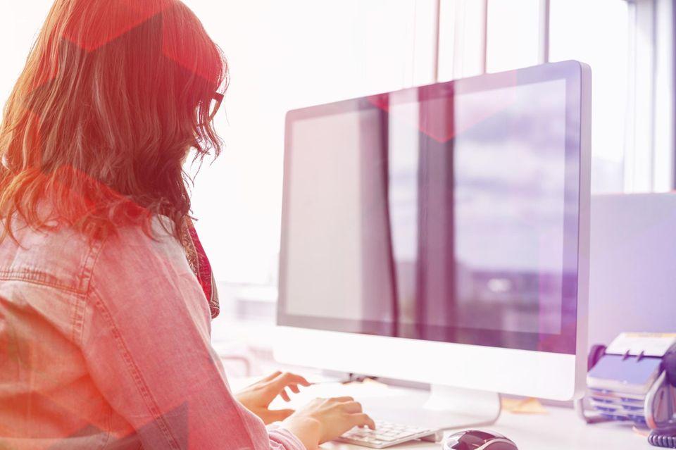 Konzentration steigern: Frau sitzt am PC